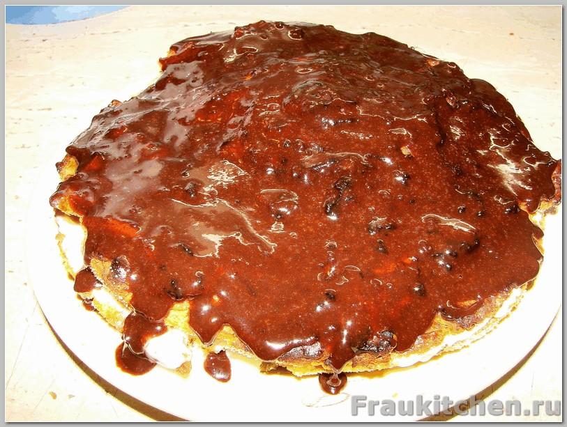 Шоколадная глазурь наносится на верхний корж морковного торта