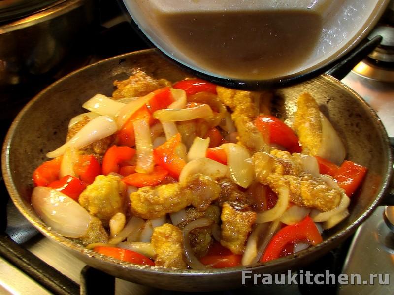 Перемешать мясо овощи и соус