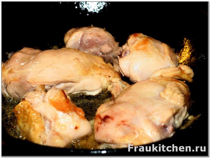 Быстро пожарить курицу с двух сторон и вынуть ее