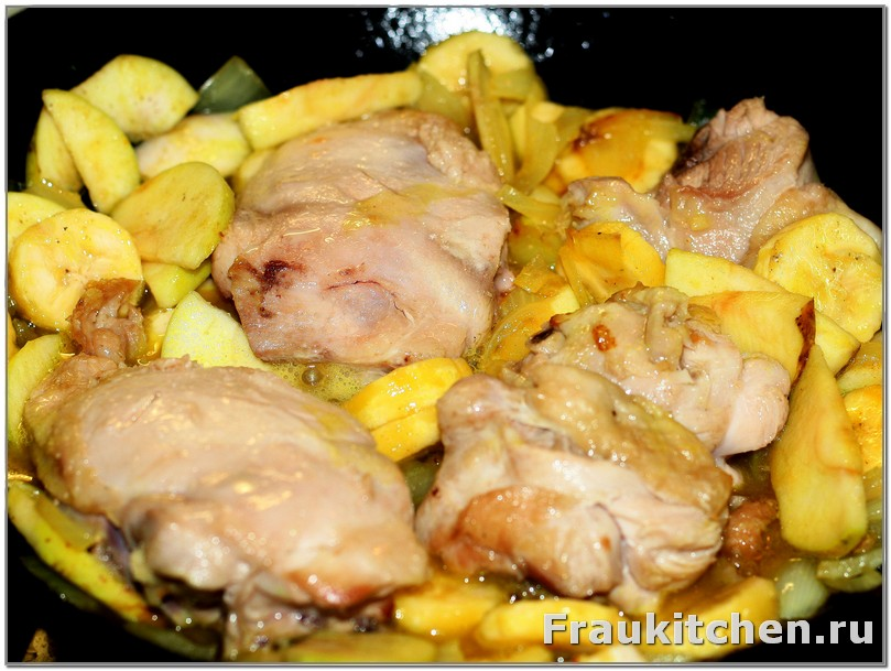 Тушить под крышкой курицу бананы и яблоки