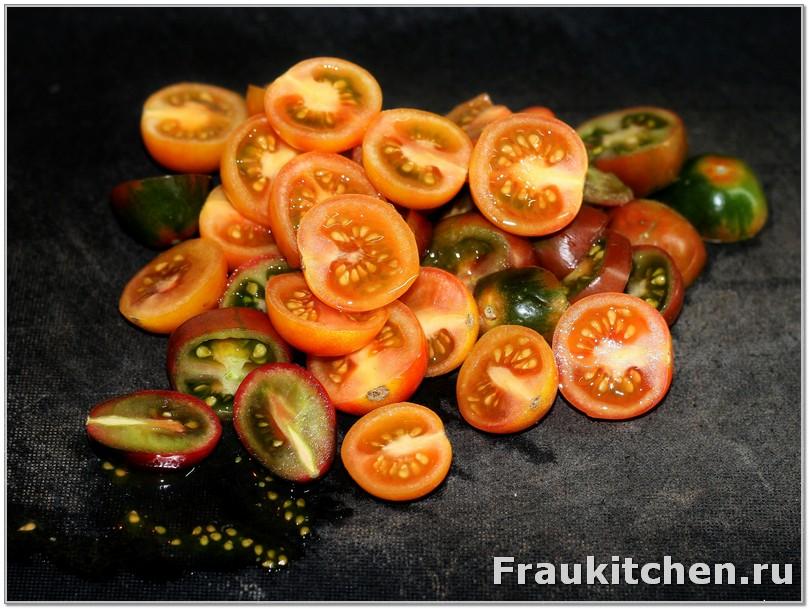 Черри резать пополам, крупные помидоры - на 4 части