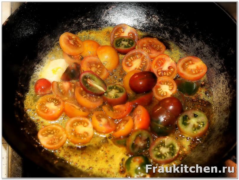 прибавить в сковородку помидоры