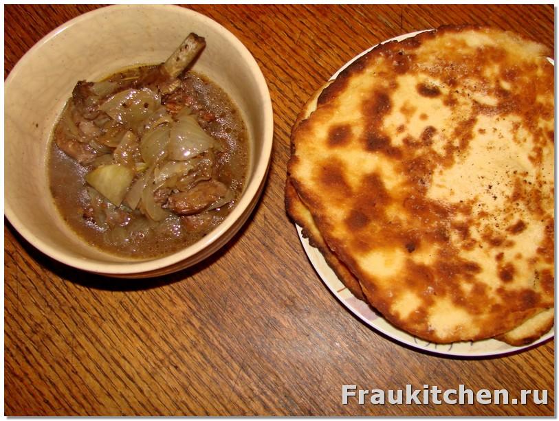 Тушеная баранина и пшеничная лепешка с чесноком