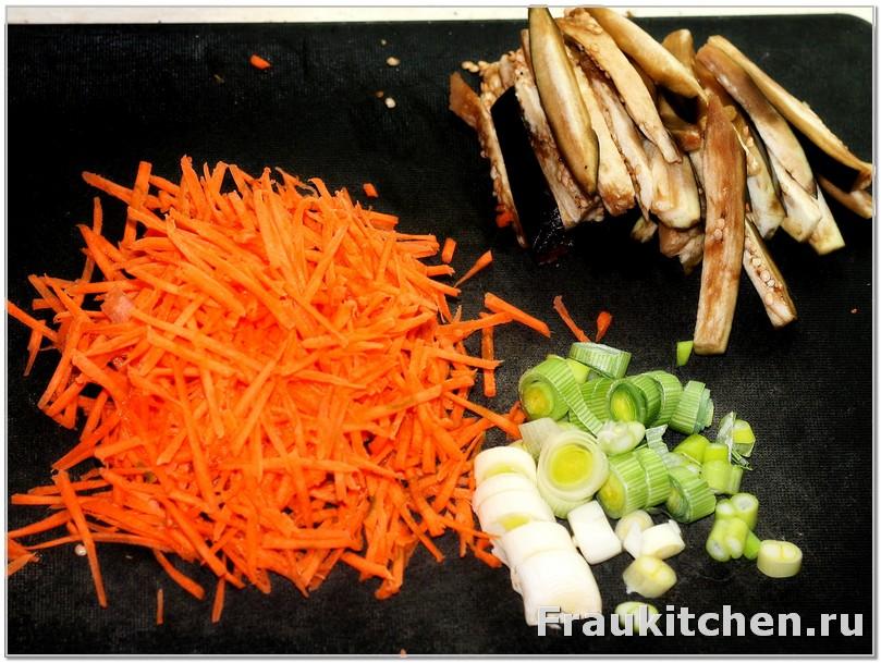 подготовленные лук порей, баклажан и морковь
