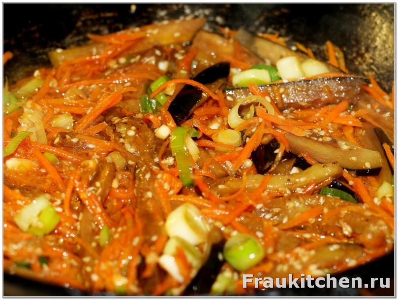 Выложить в сковородку овощи и перемешать