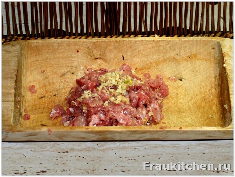 Мелко порубленный чеснок смешать с куриным мясом