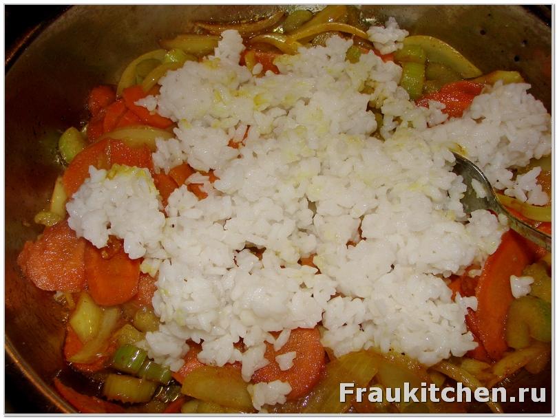Холодный рис смешать с овощами