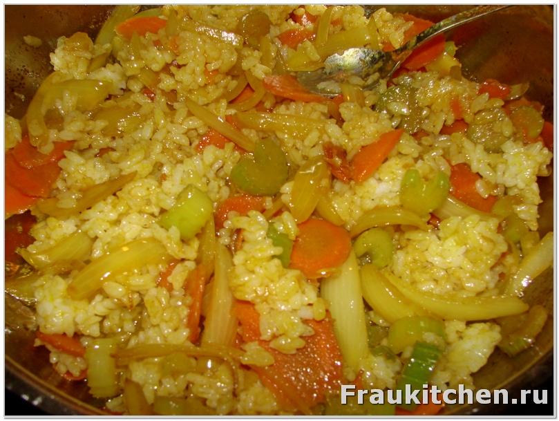 Рис и овощи перемешать и дать настояться несколько минут