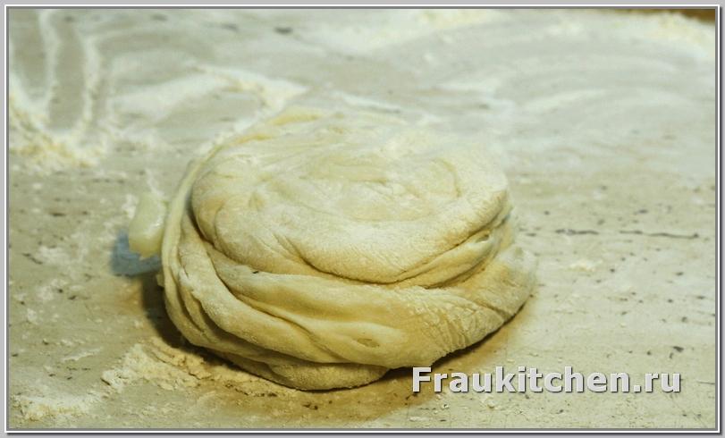 Приплющенное тесто с луком