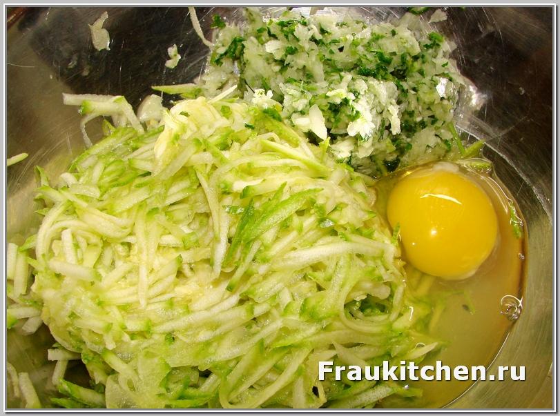 Сложить тертые кабачки, зелень. и яйцо в миску