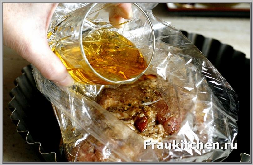 Яблочный сок залить в пакет с рулькой