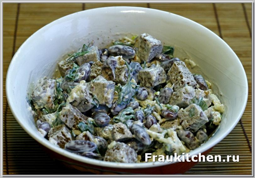 Салат с фасолью, сыром и ржаными гренками