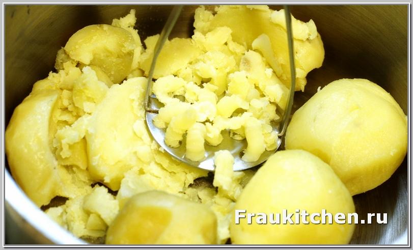 Размять картофель для крокетов в пюре