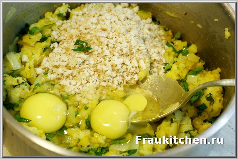 Домешать яйца и сухарики к крокетной массе