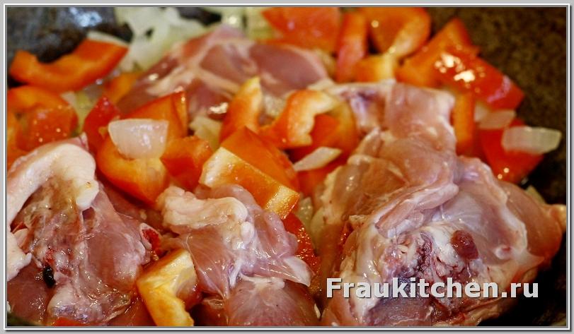 курица с луком и морковью тушеная в сметане