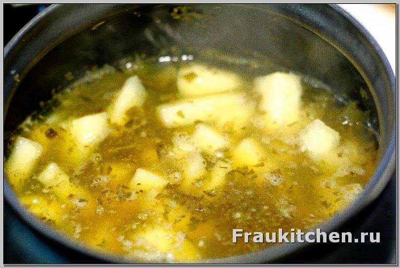 Крупно порезанный картофель для солянки овощной