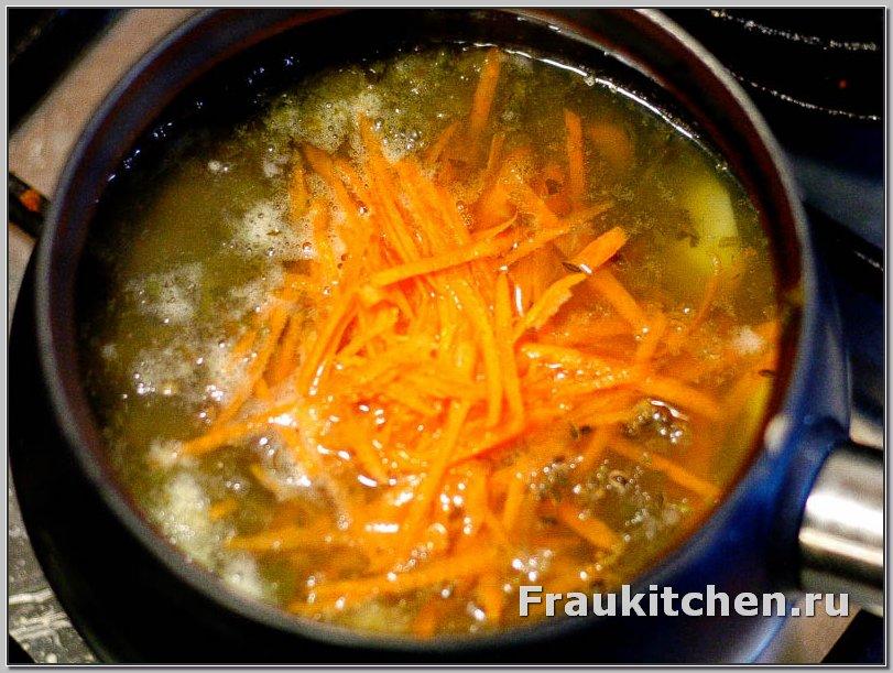 морковь для овощной солянки натирается, а не режется.  В кислой среде резаная морковь варится хуже