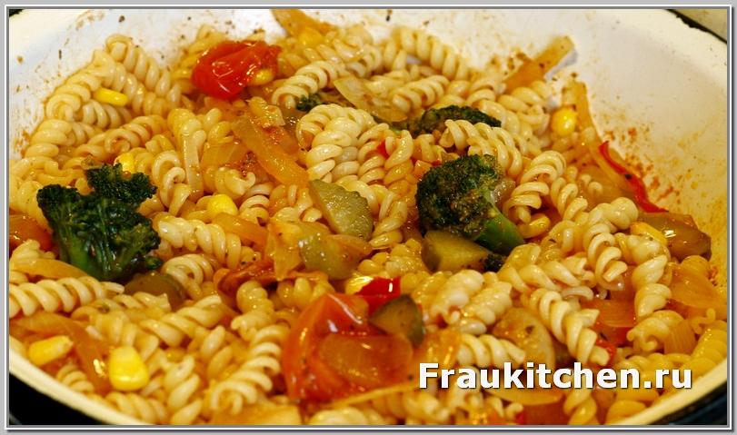 Пасте с брокколи и кукурузой в томатном соусе перед подачей на стол дать настояться минут 5 под крышкой