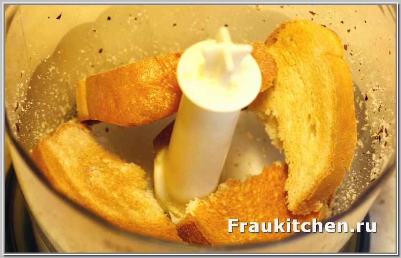 Чем свежее хлеб, тем вкуснее панировка ромштекса из курицы