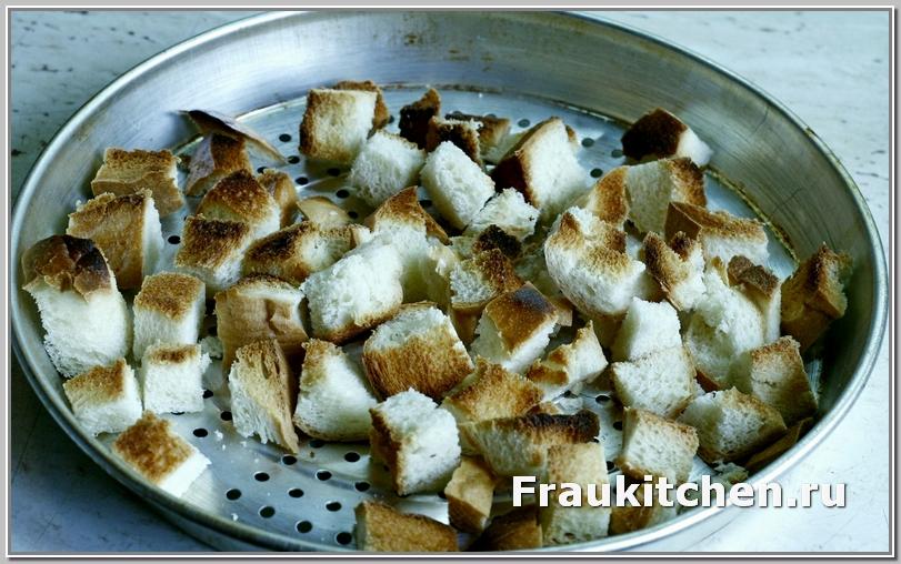 Сухарики из свежего белого хлеба для лионского салата