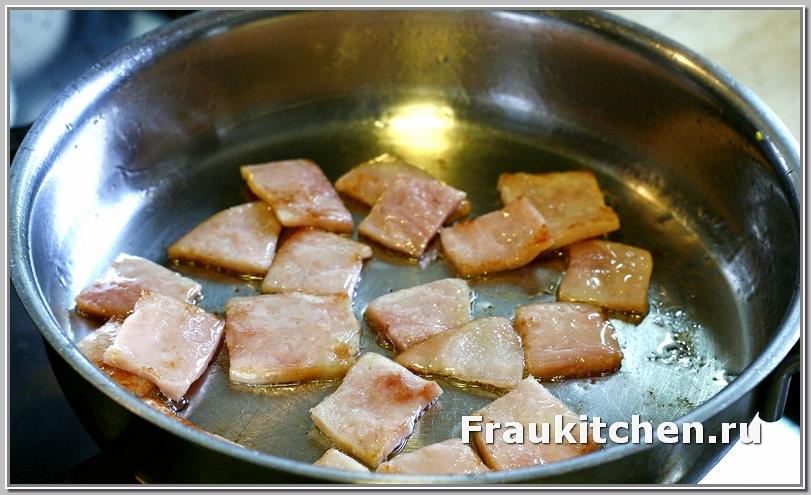 Для лионского салата бекон слегка обжарить