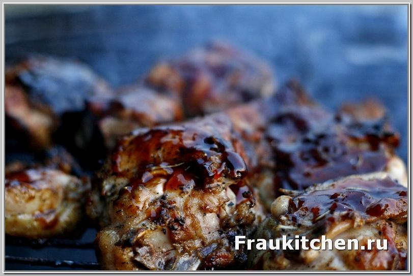 Глазурь карамелизуется быстро, через одну-две минуты курица в глазури готова