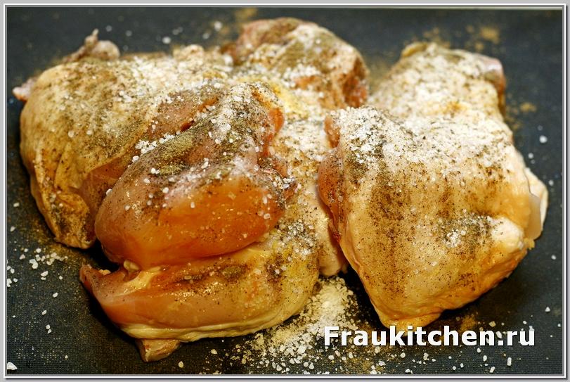Курицу хорошенько натереть солью и перцем