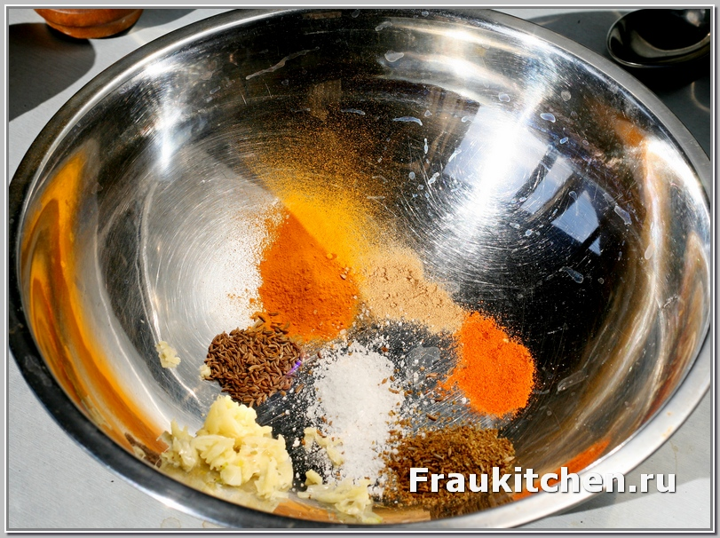 пряности: перец чили, тмин, кориандр, имбирь, куркуму, измельченный чеснок и соль