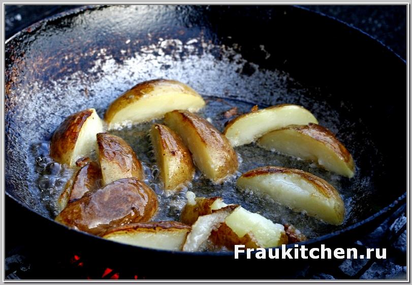 Я картофель предварительно отвариваю перед жаркой