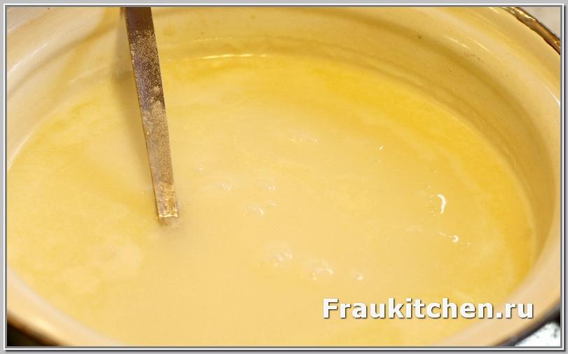 Тонкой струйкой влить молоко, постоянно помешивая
