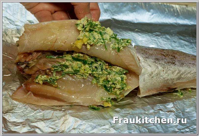 Рыба натирается сливочной пастой