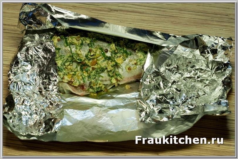 Завернутую в фольгу рыбу убрать в холодильник