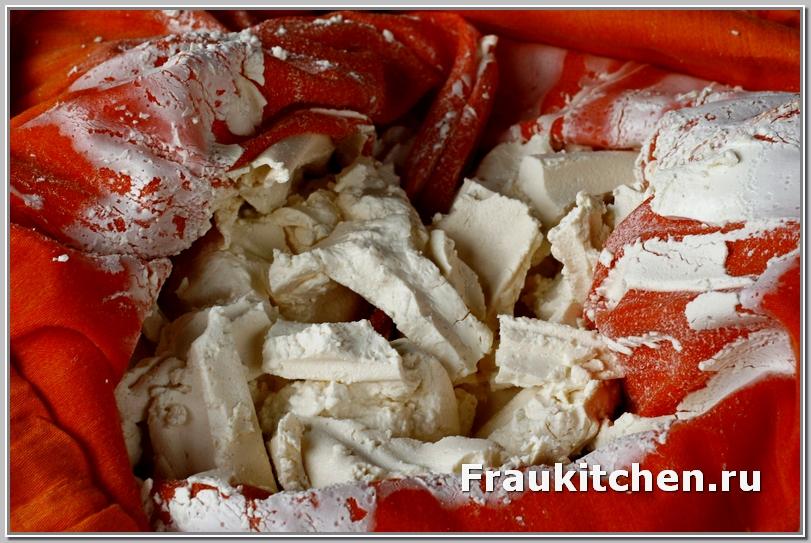 Готовый сыр не прилипает к ткани, а отваливается пластами