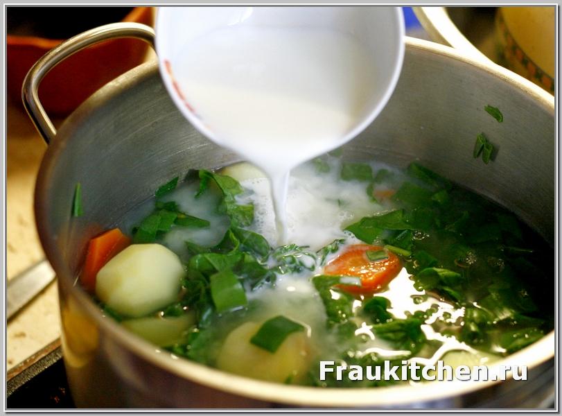 Молоко придает легкую сливочность супу пюре из шпината