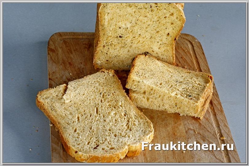 Приготовленный в хлебопечке хлеб с травами и чесноком