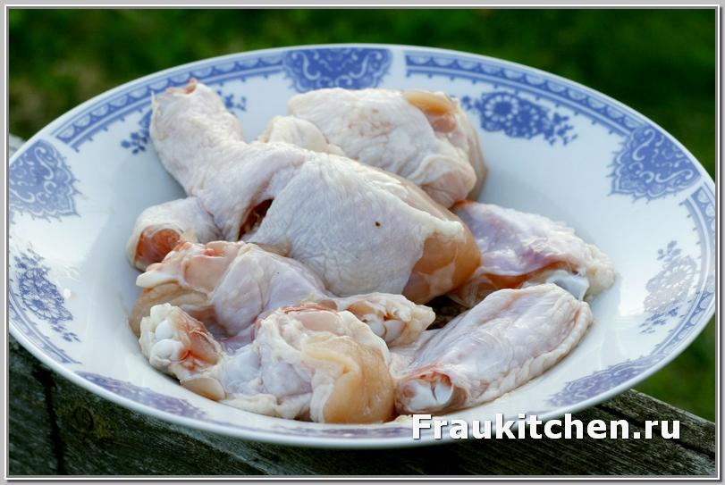 Курицу нарезать на куски как для рагу
