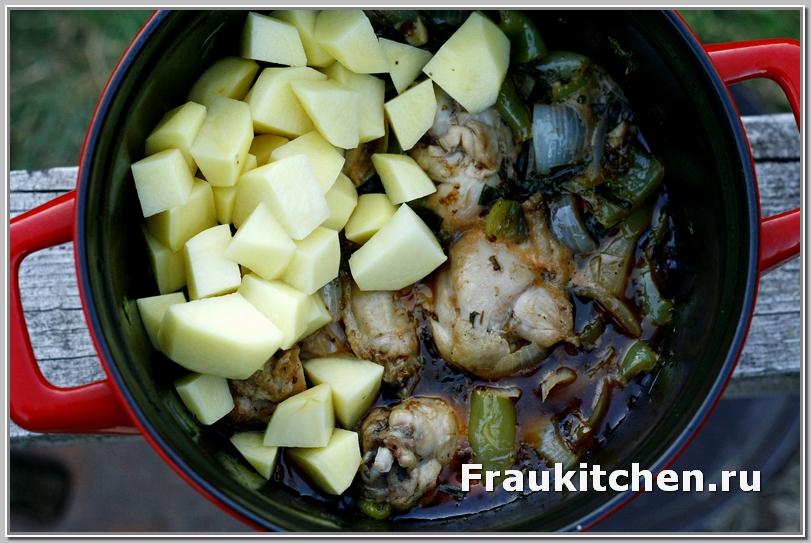 Картофель в пряную курицу добавляем, когда пиво наполовину выпарится