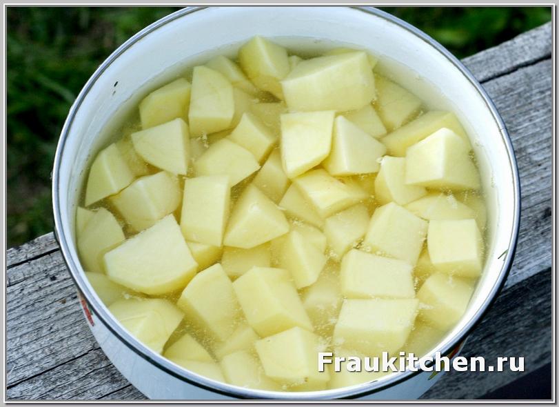 Картошку -кубиками и дать постоять в воде