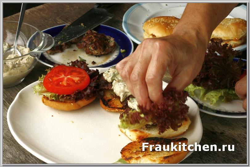 Еще раз повторю: гамбургеры собирать быстро, что бы котлета не остыла, а булочка хрустела