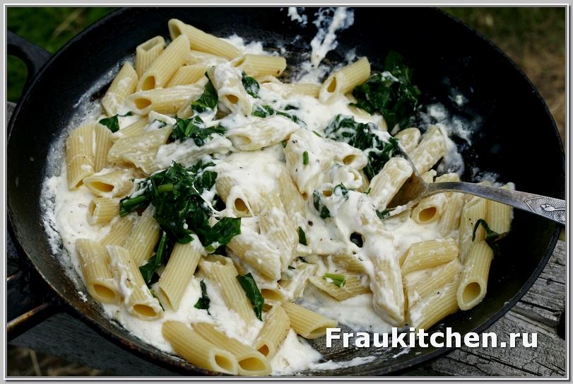 Перемешивать макароны с соусом и шпинатом аккуратно и осторожно