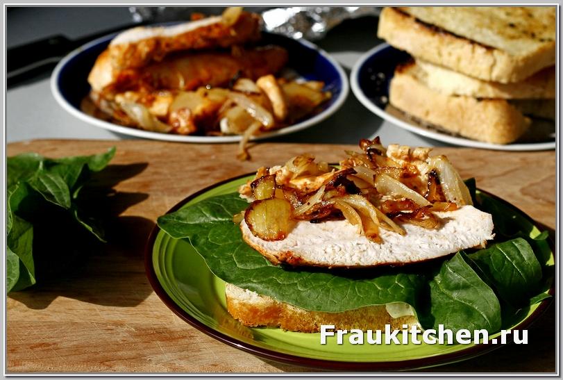 Распределяем равномерно лук и курицу по сэндвичу