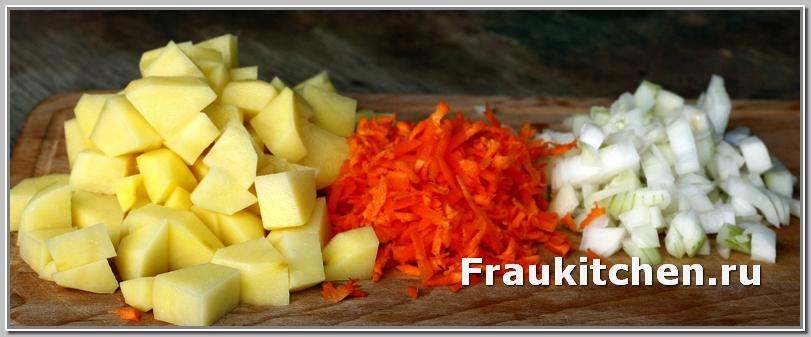 Картофель- кубиками, морковь - на крупной терке, лук -мелко