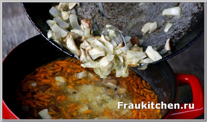 Переложив грибы в кастрюлю аккуратно перемешать