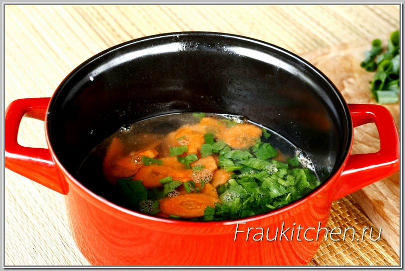 Морковь и сельдерей добавляю первыми. Им нужно больше времени