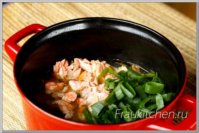 В суп добавляется уже готовая рыба и зеленый лук. Варить их уже не надо