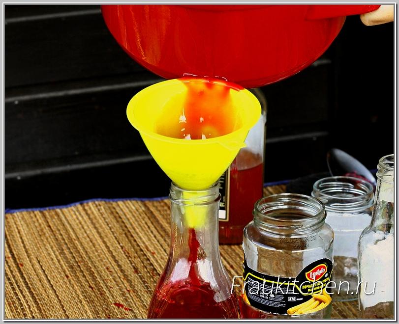 Смородиновый соус я разливаю в маленькие бутылочки. Так удобнее пользоваться