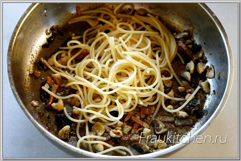 Процесс приготовления спагетти с беконом и шампиньонами  быстрый и непрерывный