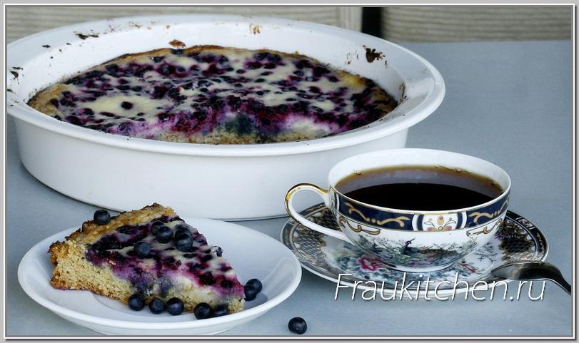 Дайте немного остыть черничному пирогу. В теплом пироге вкус черники проявляется ярче
