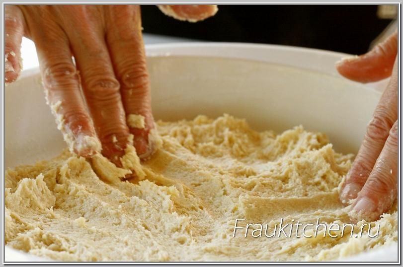Мягкое тесто в форме легко распределяется пальцами