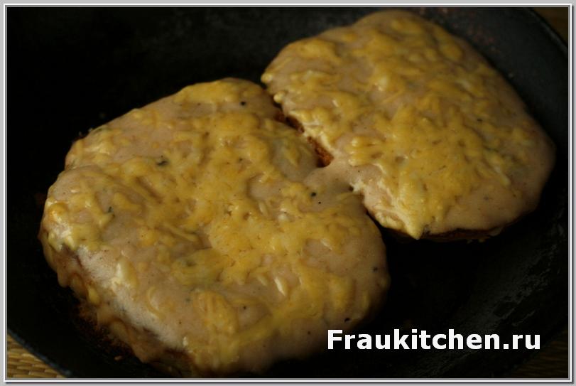 Посыпать сыром и в печь